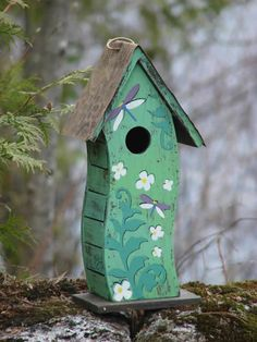 The unusual curved shape and deep aqua and teal colors of this Bird House Green Dragonfly makes it a showstopper of a décor item. Birdhouse Craft, Birdhouse Designs, Bird House Feeder, Bird Feeders, Garden Whimsy, Garden Junk, Garden Sheds, Bird Bath Garden, Glass Garden