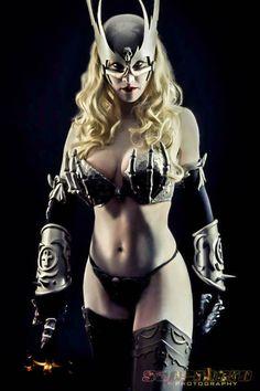 Après la cosplayeuse entièrement nue voici une cosplayeuse venue de l'époque médiéval. Je pense qu'il ne faut pas trop l'embêter celle-là: Comment la trouvez-vous ? Sexy ou non ?
