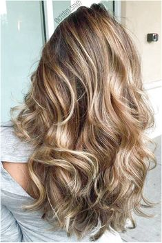 Did you know that brunettes make up the majority of people's hair color? While brunettes might be the most common of the hair colors, brunettes are actually very diverse; Brunette With Lowlights, Brunette Hair With Highlights, Shades Of Brunette, Short Brunette Hair, Short Brown Hair, Brunette Hairstyles, Brunette Color, Hair Shades, Cool Hairstyles