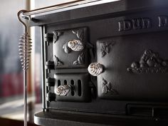 Another close-up from the Josef Davidssons Idun 1 cooking range / vedspis. Door Protection, Wood Burning Oven, Cooking Sweet Potatoes, Soapstone, Sustainable Design, Ring, Household, Farmhouse, Barbecue