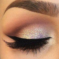 Maquillaje para ojos.   Sombreado café con gliter dorada