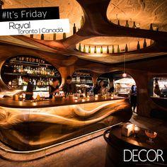Bar Raval tem interior composto por formas sinuosas em madeira mogno que proporciona circulação fluída para o lugar e também aconchego para os clientes.