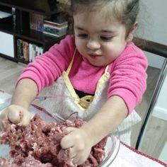 Tem alguém aqui que adora ajudar a fazer comida. E ontem foi dia de fazermos hambúrguer. Outra coisa que ela adora é assistir programas de culinária kkkkk minha companheira linda!  #amordemãe #maternidade #filhos #momblogger #temcriançanacozinha