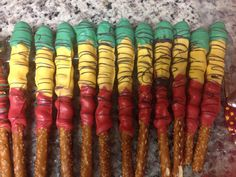 Pretzels wrap with Carmel dipped in multi color chocolates! Bob Marley Birthday, Baby Birthday, 1st Birthday Parties, Jamaican Party, Jamaican Wedding, Anniversaire Bob Marley, Rasta Wedding, Rasta Party, Reggae Rasta