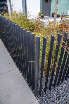 Wie ist dieser Zaun im Boden/Erdreich befestigt ? Vielen Dank für Ihre Mühe. Herzliche Grüße Alexandra Siebels