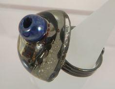 Bague en résine, perle bleue dépassant, copeaux de métal, micro billes, sodalites : Bague par long-nathalie