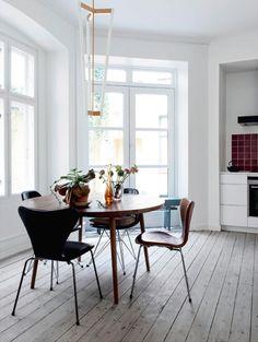 spisebord er fra Københavns Møbelsnedkeri. Stolene er vintage Eames-stole og Syverstole i læder. På bordet står fine gamle svenske glasvaser og i loftet hænger Michael Anastassiades' Tube Chandelier. Køkkenet er fra Kvik, og fliserne er fra Made a Mano.
