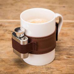 Die Kaffeetasse mit dem Extra Schuss liefert den kleinen Flachmann für einen kreislauffördernden Schuss Grappa oder Cognac praktischer Weise gleich mit.