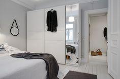 biała szafa z lutrzanymi drzwiami w skandynawskiej sypialni - Lovingit.pl