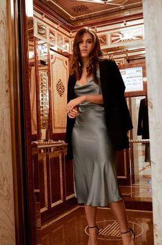 Slip Dress Outfit, Winter Dress Outfits, Evening Outfits, Outfit Winter, Silver Slip Dress, Long Slip Dress, Silk Bridesmaid Dresses, Satin Dresses, Elegant Cocktail Dress