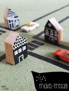"""""""Stadtplanung im Kinderzimmer"""" – Häuschen aus Holzresten, bemalt mit Tafelfarbe und verziert mit Hilfe eines Kreidestiftes. Wooden Houses - kleine Holzhäuschen"""