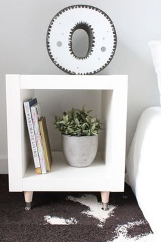W sypialni w prostym skandynawskim stylu znajdują się same tego typu przedmioty - geometryczny stolik nocny, jedna...
