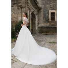 Dlhé luxusné svadobné šaty s krátkymi rukávmi kvetovými nášivkami a vlečkou