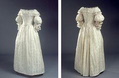 Lang, hvid brudekjole af mønstret silke.  1837