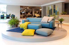 Nota divano, cuscinoni e colori Rolf Benz Grata. Design: Christian Werner