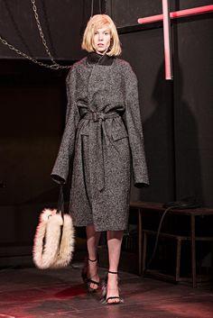 Guarda la sfilata di moda Angelos Frentzos a Milano e scopri la collezione di abiti e accessori per la stagione Collezioni Autunno Inverno 2017-18.