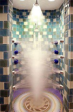 And here's another great shower that proves you don't need a lot of space to make the most of simple experiences. Multiple shower heads are installed at different heights for maximum efficiency and relaxation. Dream Shower, Walk In Shower, Shower Time, Shower Cap, Rain Shower, Dream Bathrooms, Beautiful Bathrooms, Luxury Bathrooms, Modern Shower