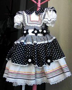 vestido-de-festa-junina-carmem-caipira Small Girls Dress, Little Girl Dresses, Girls Dresses, Summer Dresses, Mom Dress, Baby Dress, Dress Anak, Frocks For Girls, Cute Outfits For Kids