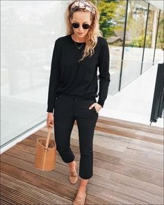 Looking for the keys to French fashion Today were sharing the essentials you need to achieve winter French style yourself Minimal Outfit, Black Leggins, Black Pants, Fashion Today, Fashion 2020, Fashion Fashion, Club Fashion, Miami Fashion, Feminine Fashion