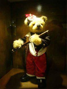 테디베어 피리부는소년, 제주에 있는 테디베어 박물관은 명화를 패러디한 작품이 많은 걸로 유명하다. 이 작품 또한 패러디 되었는데, 원작과 똑같은 옷과 자세를 하고 있다.