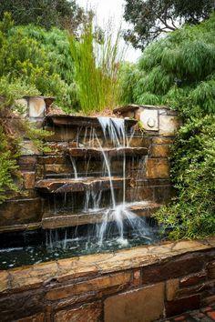 fontaine murale, cascades d'eau, une fontaine d'apparence naturelle