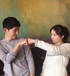 """¡Song Hye Kyo nos está ayudando a aumentar nuestra dosis diaria de la pareja """"Song-Song"""" a través de Instagram! El 5 de abril, la actriz publicó varias fotos en su cuenta de Instagram en donde aparece con su co-estrella de """"Descendants of the Sun"""" y protagonista Song Joong Ki. En su primera foto, So..."""