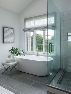 26 Small Bathroom Tub Shower Combo Remodeling Ideas https://www.onechitecture.com/2017/10/06/26-small-bathroom-tub-shower-combo-remodeling-ideas/ Minimalist Bathroom, Minimalist Decor, Clawfoot Bathtub, Budgeting, Farmhouse, Tiles, Minimal Decor, Room Tiles, Subway Tiles