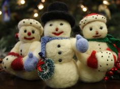 Needle Felting a Snowman – Free Tutorial Needle Felting A Snow Man or Snow Woman! THE SNOW FOLKS: This adorable snow couple is really fun to make and will add a special touch to your holiday decorating. Felt Christmas Ornaments, Christmas Crafts, Christmas Stocking, Christmas Ideas, Christmas Decorations, Felt Cupcakes, Felt Snowman, Needle Felting Tutorials, Felt Birds