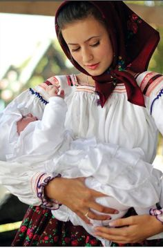 Maman roumaine Traditional Irish Clothing, Traditional Dresses, Hungarian Flag, Romanian Flag, Irish Traditions, Beautiful Costumes, Folk Costume, People Of The World, Mother And Child