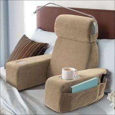 Cadeira, poltrona, suporte pra copos, porta-livros e luminária e eu posso continuar na minha cama!