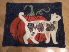 This rug hooking pattern, Fall Cat by Aslan Rug Designs, can be found at www.rughookingdesigns.net.