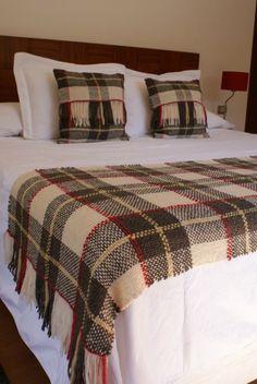 1 Piecera King + 2 Cojines -  Producto Artesanal - Lana pura de oveja - Santiago Card Weaving, Loom Weaving, Plaid Crochet, Weaving Projects, Weaving Techniques, Tartan, Loom Knitting, Wool Blanket, Bed Spreads