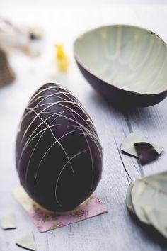 Che soddisfazione riuscire a fare questa ricetta! L'#uovo di Pasqua #bigusto al cioccolato fondente e bianco (dark and white chocolate Easter egg) mette d'accordo gli indecisi ed è una meraviglia da vedere! Portato in tavola intero o a pezzi, decorato con un una geometria chiara a contrasto con la superficie scura, conquisterà tutti i commensali!