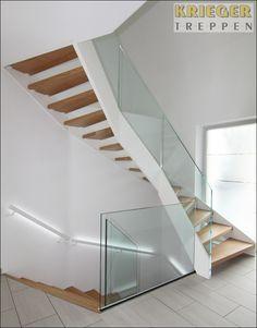 Glasgeländer und Holztreppe mit dunklen Stufen: Spiel mit Kontrasten Stairs, Interior, House, Home Decor, Staircases, Houses, New Homes, Stair Treads, Wood Stairs