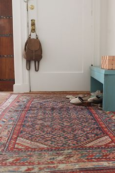 The colors on the carpet are all deep colors, so they combine harmoniously instead of looking cluttered and disorganized.