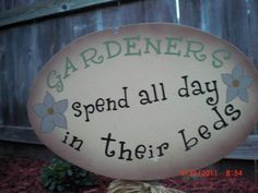 Funny Garden Sign gardeners spend all day in their beds (Diy Garden Signs) Los jardineros dive Funny Garden Signs, Funny Signs, Diy Signs, Garden Crafts, Garden Projects, Garden Ideas, Fence Ideas, Diy Projects, Garden Quotes