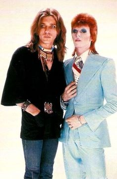 David Bowie with makeup artist Pierre La Roche on the set of the video for Life on Mars David Bowie Starman, David Bowie Ziggy, Glam Rock, David Bowie Makeup, Images Of David Bowie, Bowie Life On Mars, David Bowie Fashion, Bowie Ziggy Stardust, Ziggy Played Guitar
