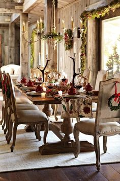 Looking for Christmas tablescape ideas? Find holiday table setting tips and stunning images to help you create a beautiful and festive environment. Christmas Table Settings, Christmas Tablescapes, Christmas Table Decorations, Decoration Table, Holiday Decor, Holiday Tablescape, Holiday Dinner, Natural Christmas, Rustic Christmas