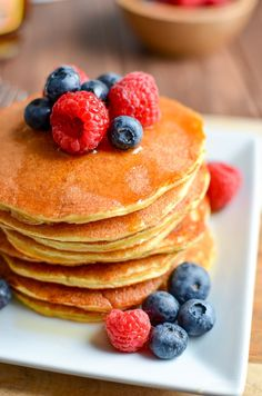 The most delicious, Fluffy Syn Free American Style Pancakes that you will ever make. A perfect breakfast or dessert. Gluten Free, Vegetarian, Slimming World and Weight Watchers friendly Slimming World Pancakes, Slimming World Sweets, Slimming World Breakfast, Slimming World Recipes Syn Free, Slimming World Syns List, Syn Free Pancakes, Fruit Pancakes, Baked Pancakes, American Style Pancakes