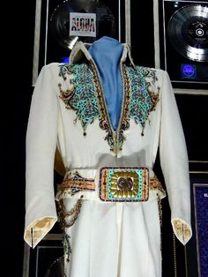 Here the king of spade suit ( 1974 ) with his original belt. Elvis used that belt in october 1974 and spring 1977. The suit is in display at Graceland today.