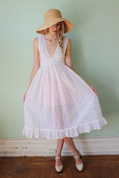 Vintage Eyelet Dress with floppy hat.love the look of this! we need a big floppy hat! Vintage Outfits, Vintage Dresses, White Eyelet Dress, Eyelet Lace, White Lace, Lace Dress, Look Vintage, Classy And Fabulous, Mode Inspiration