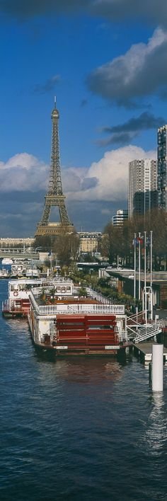 Tour Eiffel et péniches, bord de Seine