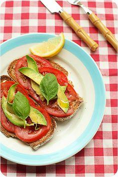 Avocado en tomaat op brood, glutenvrij brood gebruiken
