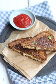 Heb je zin in een tosti maar geen zin om een ouderwetse tosti met kaas te maken, probeer dan eens deze boerentosti met prei en bosui.