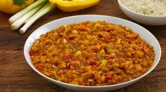Dieses Curry gelingt unter anderem mit roten Linsen, Paprika und Frühlingszwiebeln. Schmeckt köstlich und macht wunderbar satt!