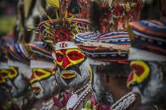 Rassemblement tribal du monde Je ne savais plus où donner de la tête tant la foule était dense, encerclant les différentes tribus habillées de leurs costumes traditionnels. Il était difficile de se concentrer sur une chose en particulier. Très enjoué, je me suis senti comme privilégié d'être présent à l'évènement aux côtés de ces peuples, relate Fabien Astre, auteur de ces photographies.