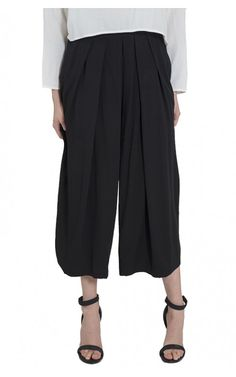 The japanese-inspired Garendo Pant ($335) from Shaina Mote is incredibly comfortable thanks to its loose, breezy shape. #shainamote #japan #garendopant #trouser #relaxedpant