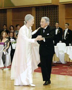 20 años después... Los emperadores de Japón vuelven a bailar en público
