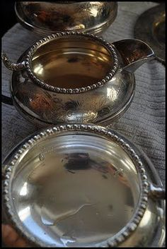 I will never polish silver any other way! How to Polish Silver the fast & easy way w just baking soda, aluminum foil, & hot water. Deep Cleaning Tips, House Cleaning Tips, Natural Cleaning Products, Spring Cleaning, Cleaning Hacks, Cleaning Solutions, All You Need Is, Just In Case, Tablet Recipe