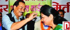 बुधवार, ९ असोज २०७० कलाकार शैलजा पाण्डे राप्रपा नेपालमा प्रवेश गर्ने क्रममा बुधबार राजधानीमा पार्टी अध्यक्ष कमल थापाबाट टिका लगाउदै । तस्वीर अशोक दुलालआर्थिक अभियान